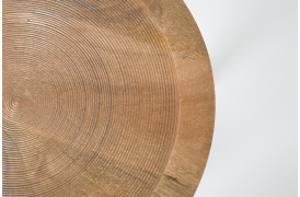 Dendron er et sidebord med en flot træoverflade med struktur.