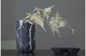 Fajen vasen er en flot marmor vase, der fås i to farvevarianter til boligen.