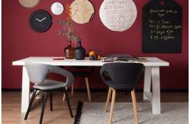Billedet viser nogle forskellige Flexback spisebordsstole ved et bord i en bolig.