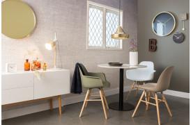 Interiør med Gringo loftslampen over et mindre spisebord.