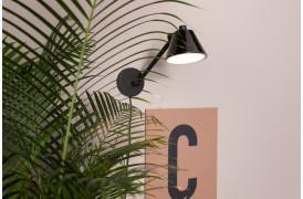 Denne modige lille lampe er lavet af robust, mat sort stål.