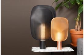 Mai bordlampen kan fås i to størrelser og i tre farver.