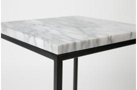 Hvid marmor og et elegant sort stålstel giver et super flot sidebord.