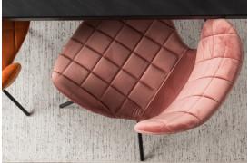Rise tæppet er designet ud fra enkeltheden ved de hvide og de sorte farver.