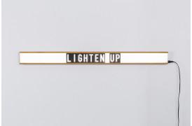 Du kan selv lave dine egne ord og sætninger med bogstaverne, der følger med lampen.