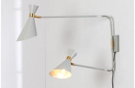 Shady Double væglampen er en dobbelt lampe til væggen.