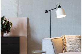Skala gulvlampen er lavet af en velafbalanceret kombination af materialer.