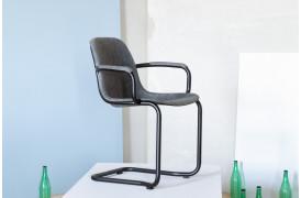 Thirsty er en bæredygtig stol, hvor skallen er lavet af 100% genanvendelige plastikflasker.