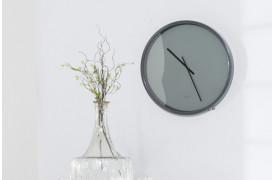 Stilfuld og fornem boligindretning med Zuiver uret Time Bandit i farven Grå / grå.