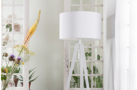 Gulvlampe med Hvid skærm / hvidt stel på nettet med Tripod gulvlampen hos BoShop.