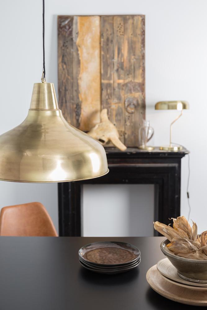 Det er en god ide at gøre sig tanker om, hvordan din kommende lampe skal placeres i dit rum inden købet. Brass Mania loftslampen og pendelen fra Dutchbone ses her over et spisebord.