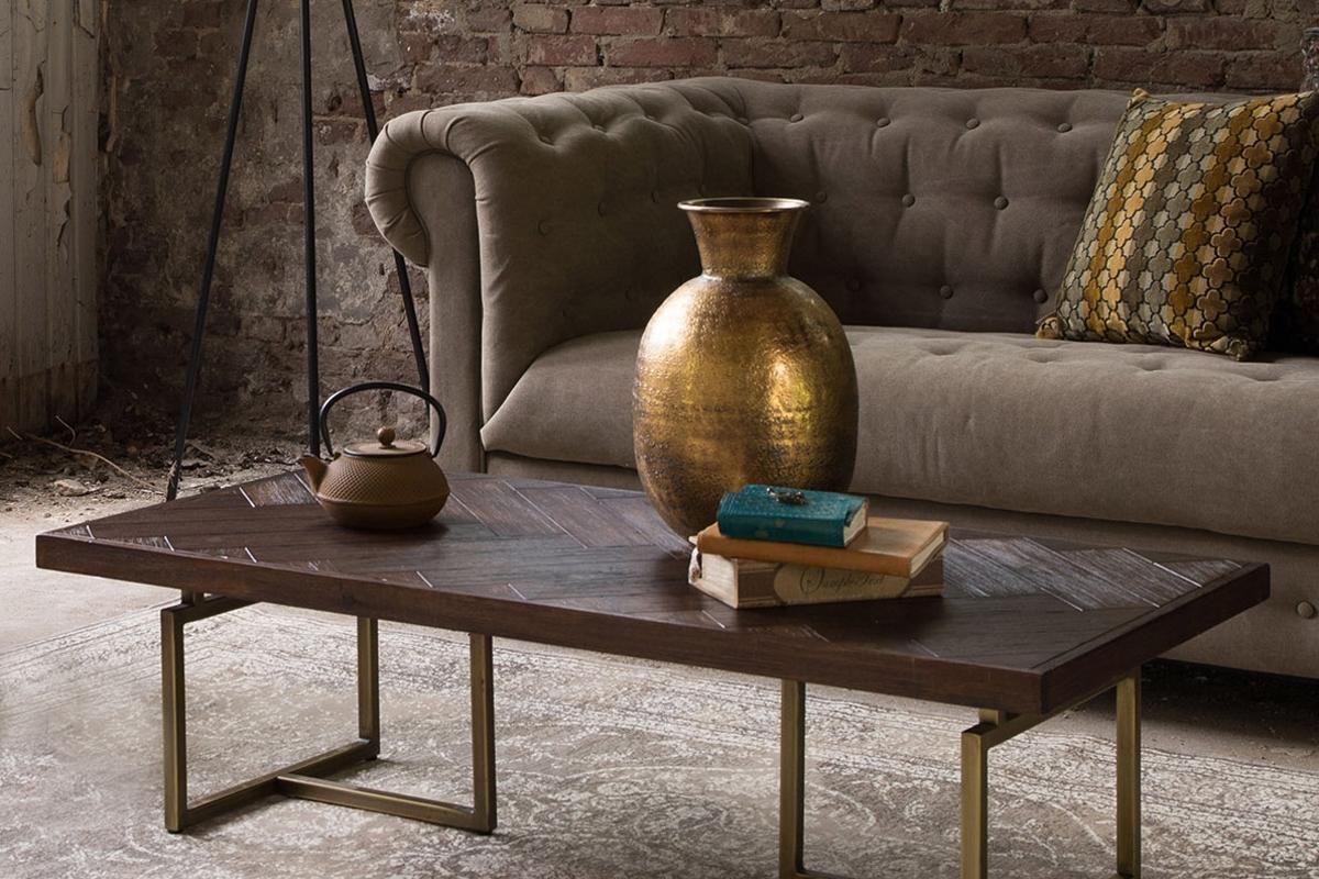 Dutchbone som dette sofabord er fra, så det allerede for et stykke tid siden, at det velfortjente sildebens trægulv burde relanceres. Mønsteret og den måde som lyset skaber farveforskelle på ved træet, er noget Dutchbone også elsker på dette sofabord, der er 120 centimeter bredt og 60 centimeter dybt og med en højde på 35 centimeter.