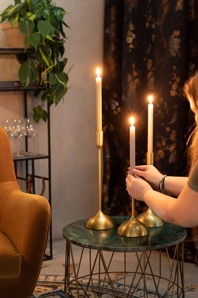 Med Sesta lysestagerne kan du designe dit helt egen hyggelige jule indretning derhjemme, hvor du kan vælge at tænde levende lys i disse smukke og dekorative lysestager med guldfarvet finish fra Dutchbone. Fuldend din juleboligs indretning med at tænde lys til jul.