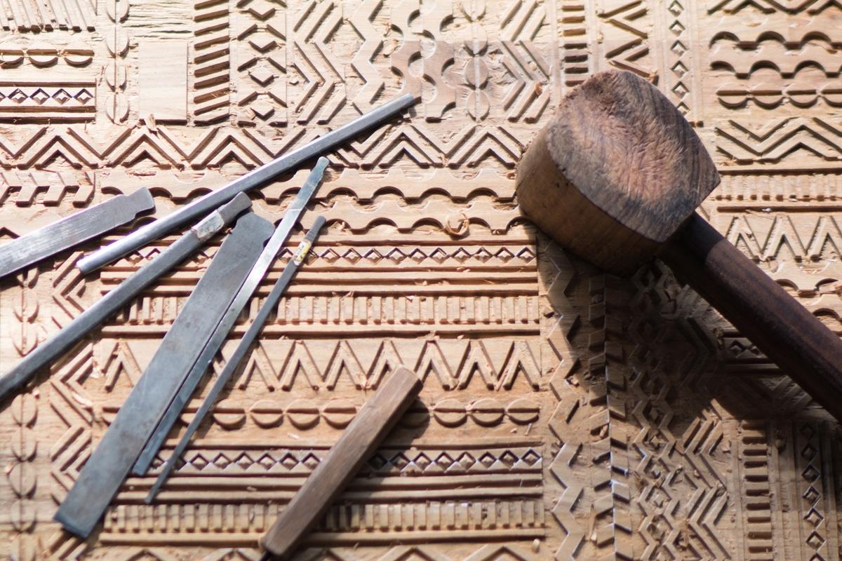 Moderne træmøbler forvandles til unikke kunstværker med Ancestors Tabwa møbelkollektionen, hvor hvert mønster er omhyggeligt udskåret af Ethnicrafts håndværkere. Dette skaber tidløse møbler med minimalistiske silhuetter og med en unik og tydelig karakter.