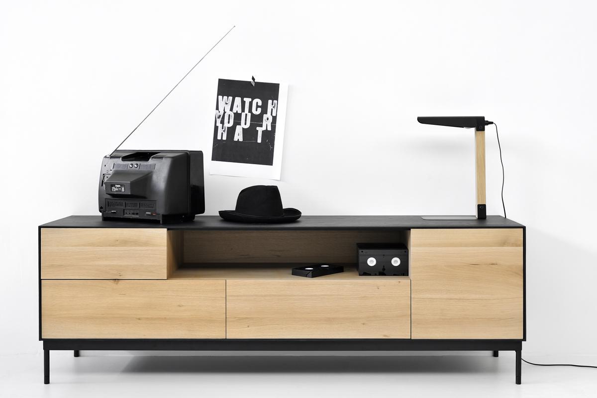 Ethnicraft tv-bord i mørkt og lyst træ i en flot kombination med hinanden, som du kan købe her hos BoShop.
