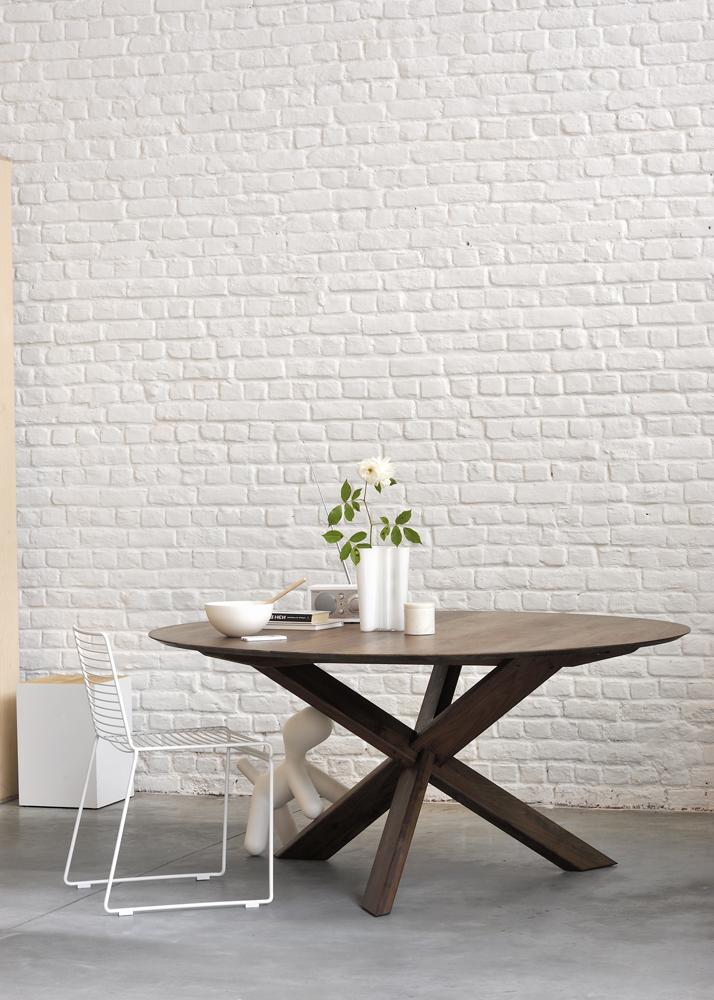 Dette er et billede af et spisebord.