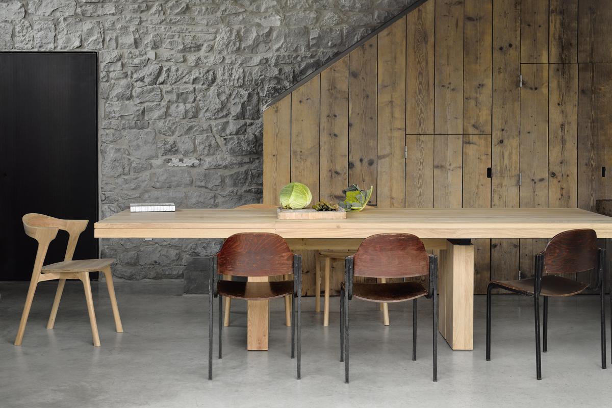 Double Eg - spisebordet er et moderne spisebord til boligen med udtræk, så du kan have mange gæster til bords.