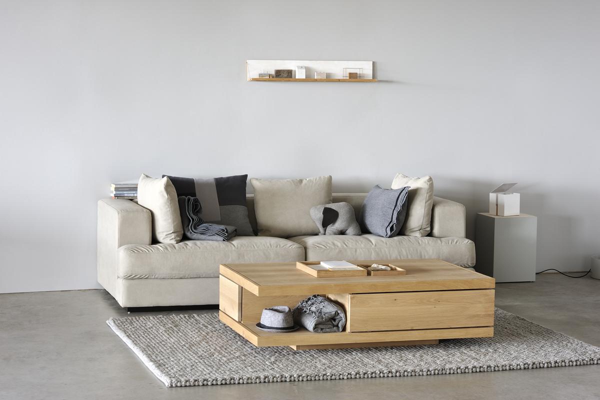 Et sofabord i træ pryder denne stue i en boligs indretning.