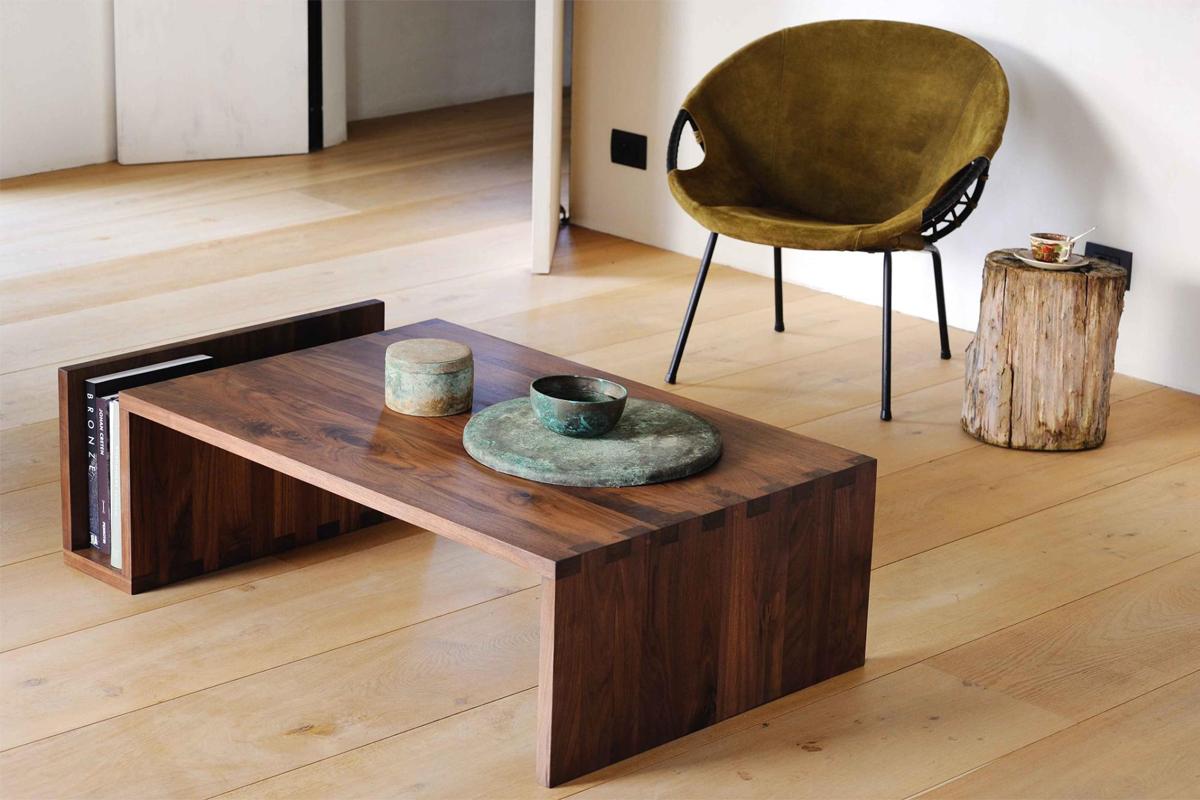 Sofabord Naomi sofabordet fra Ethnicraft er her vist i valnød i en stue.