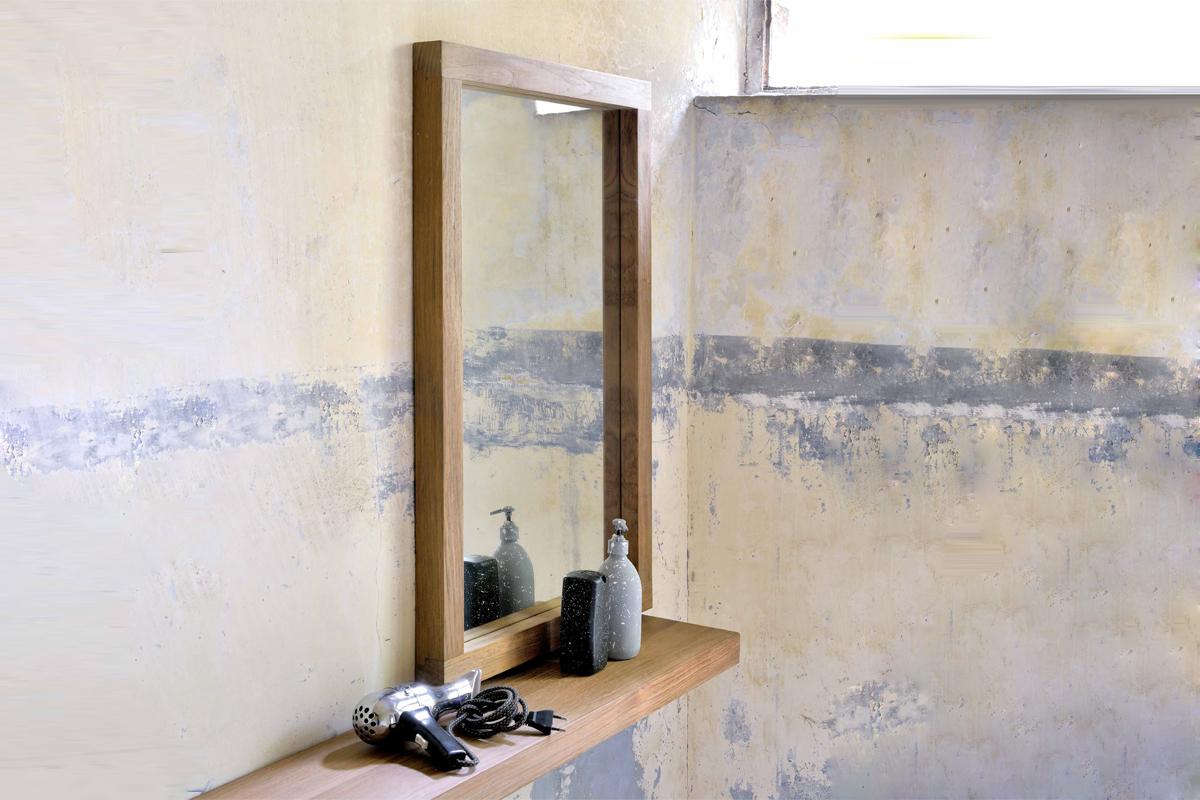 En bred ramme giver stabilitet og nye muligheder for placering af spejlet, som her med et Ethnicraft spejl.