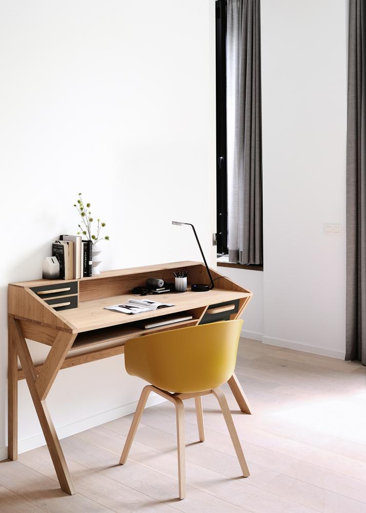 Et stilrent sort Mr. Marius skrivebord er her på billedet vist i en kombination med lys egetræ. Et anderledes og stilrent skrivebord, som du kan købe hos BoShop.