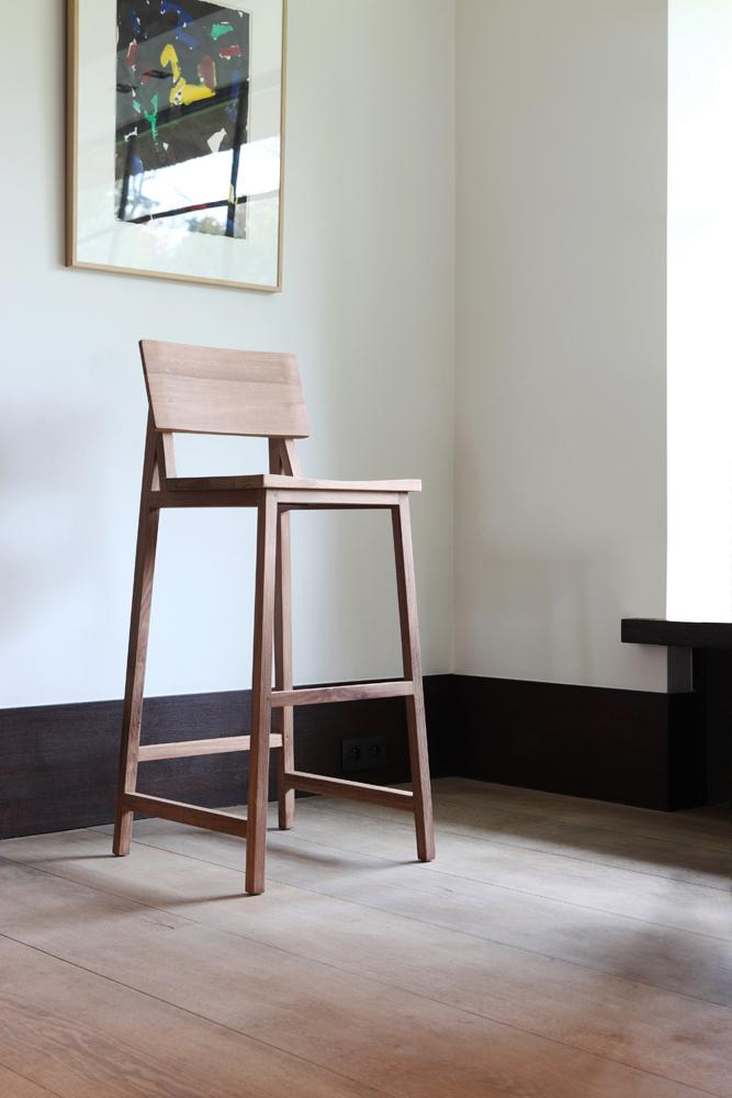 Den højere barstol, som du finder i de fleste restauranter.