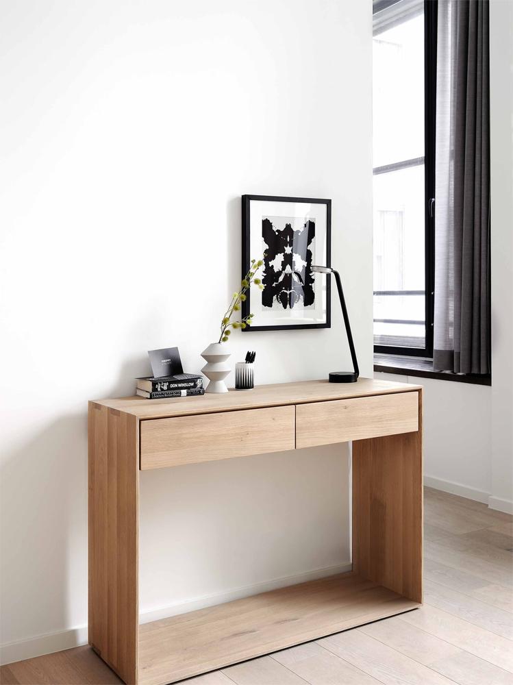 Med møblerne fra Ethnicraft kan du trække naturen ind i stuen eller som her ind i entreen.
