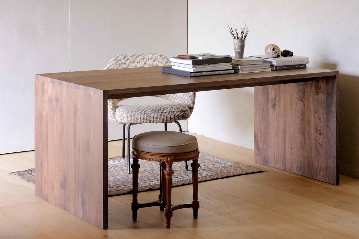 Her på hjemmesiden tilbyder vi mange forskellige stilarter inden for skriveborde, som her i valnød.