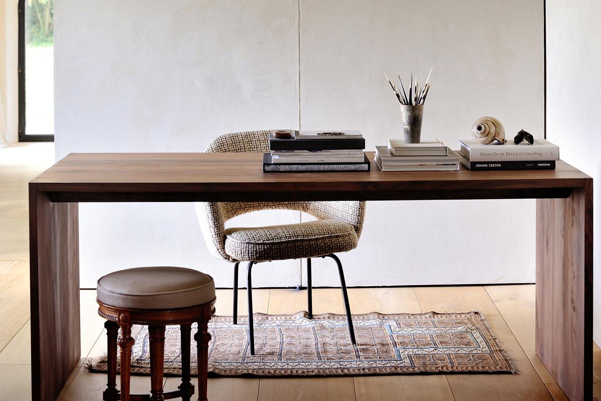 Et skrivebord skal ikke kun være et bord til at arbejde på, da udseendet og kvaliteten også spiller en stor rolle, som her med et skrivebord fra Ethnicraft.