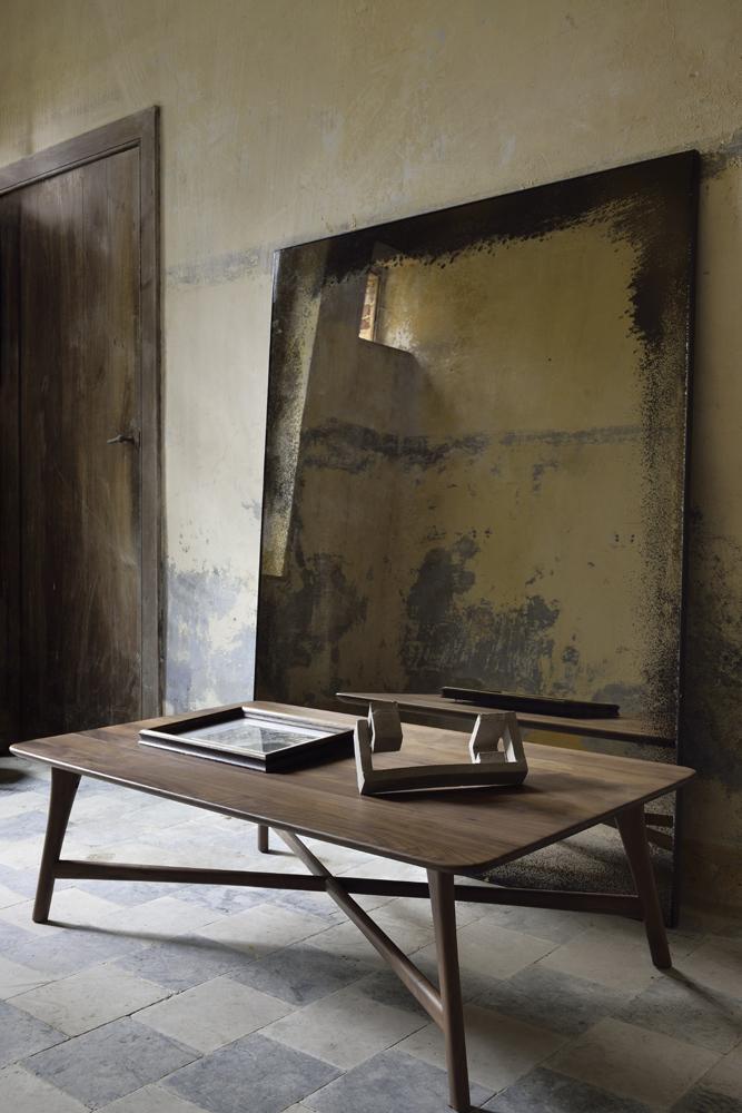 Et sofabord i valnød fra Etnicraft ses her i en bolig.
