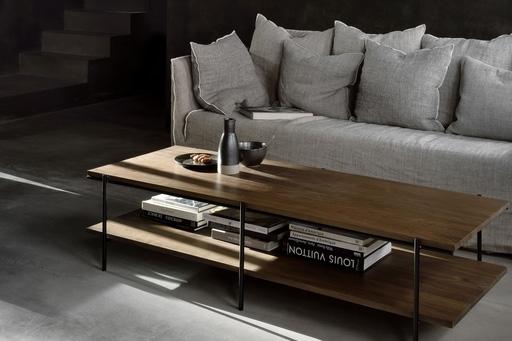 Rise er et sofabord fra Ethnicraft,der her er vist i valnød i en stue.