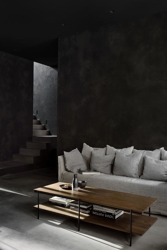 Rise er et sofabord fra Ethnicraft, der her er vist i valnød i en stue.
