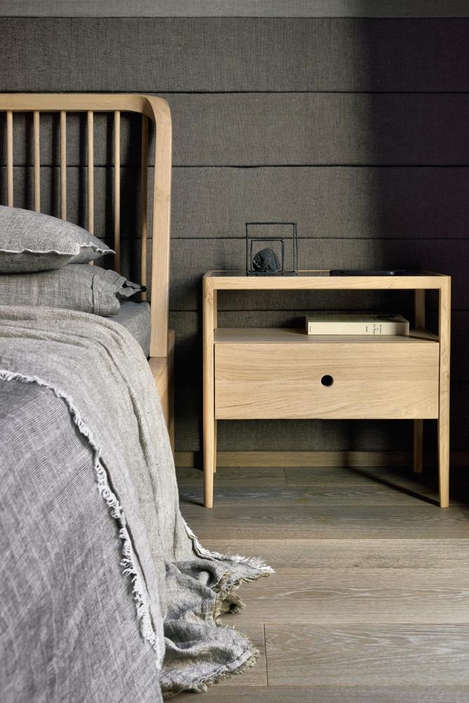 Spindle Eg - natbordet er et harmonisk sengebord, som du kan have stående ved siden af din seng.