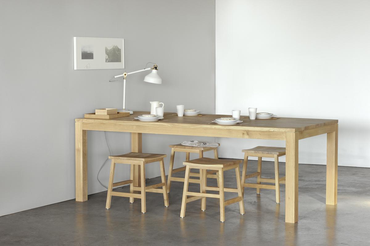 Da din spisestue rummer så mange særlige og unikke minder, fortjener rummet et lige så unikt design med et flot langbord, som det ses på dette billede af langbord med mange siddepladser.
