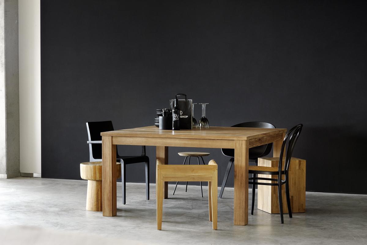 Et spisebord fra Ethnicraft står her placeret i en boligs indretning.