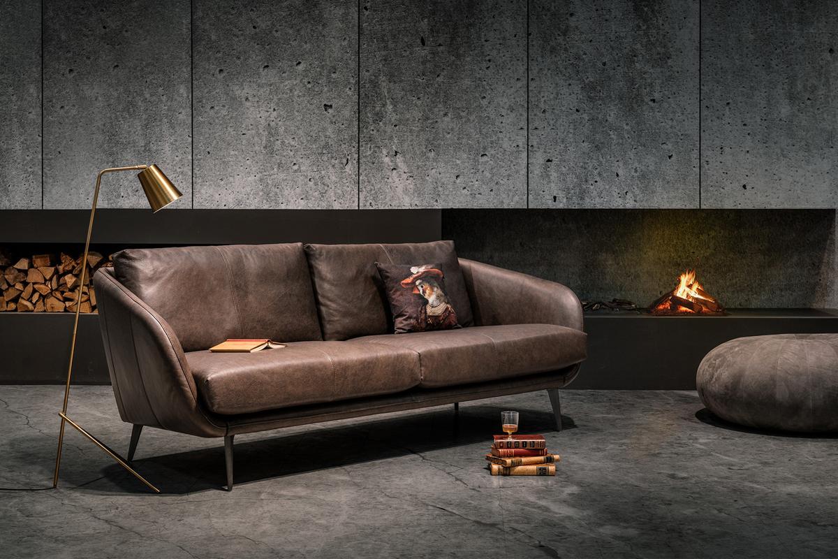 Efteråret indbyder til hjemlig hygge inden for i boligen, hvor man kan være i ly for årstidens ofte blæsende og regnfulde vejr. Indret din bolig med en sofa fra Furninova i efterårsnuancer i brune farver, der udstråler varme og hygge.