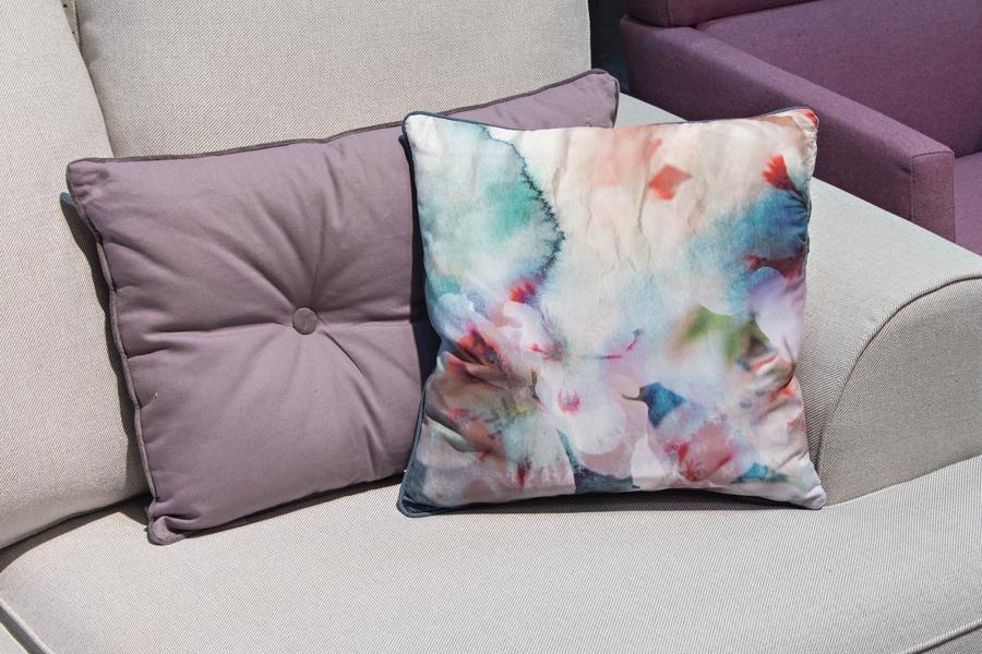 Hvis du har en lys sofa, er det oplagt at friske den op med et par puder i flotte pangfarver og med sommerlige motiver.