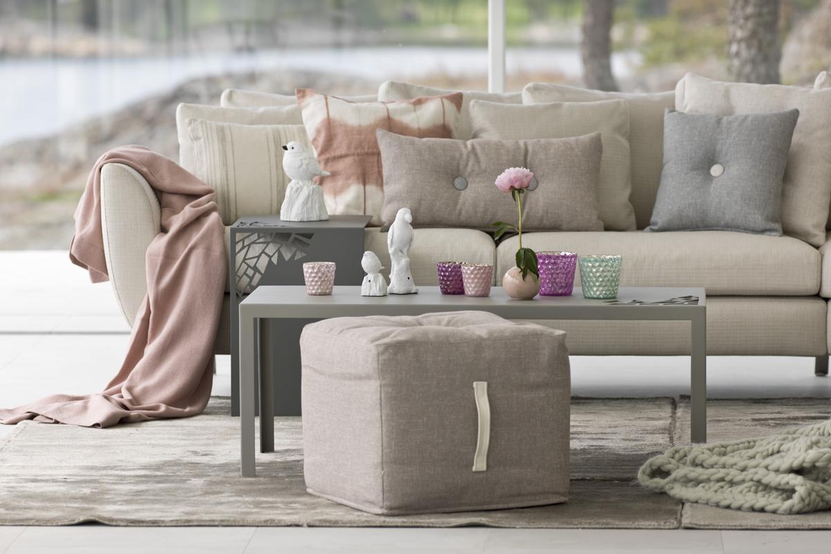 Her på billedet er der indrettet med Praline puffen i en farve, der passer til nuancerne i sofaen.