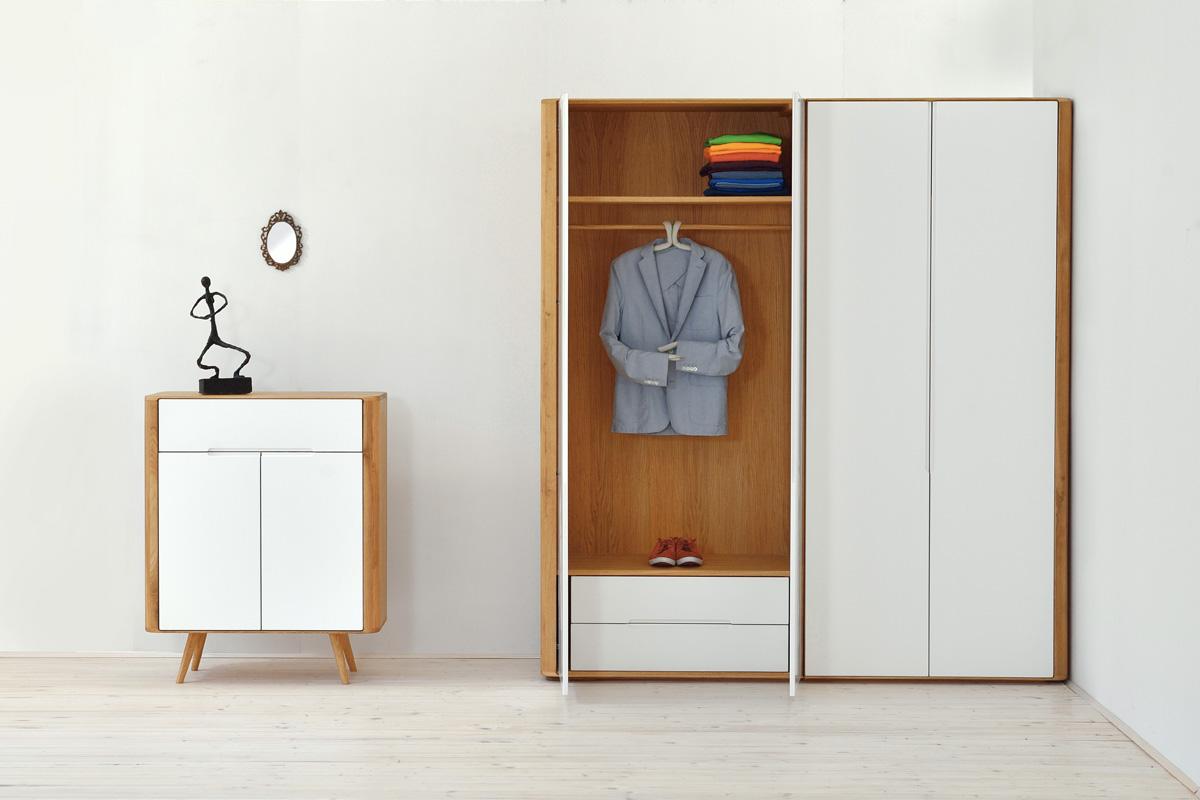 Indret dig med hvide møbler for en stilfuld og elegant boligindretning. Billedet viser nogle hvide opbevaringsmøbler fra Gazzdas Ena møbelserie, som du kan købe online her hos BoShop.