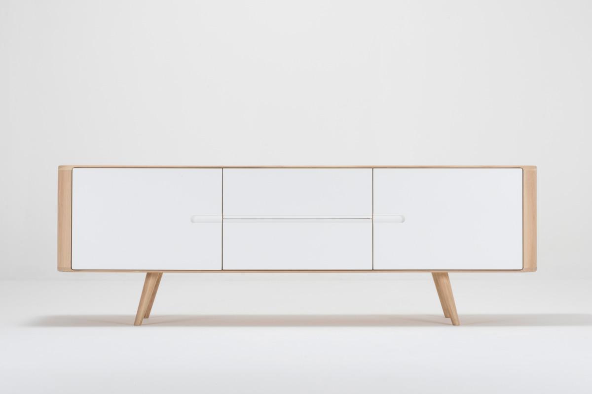 Skænk i flot hvidt design online med Ena skænken med hvide fronter fra Gazzda, som du kan købe online hos BoShop.