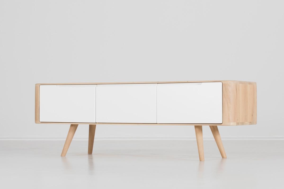 Når du vælger et tv-bord i hvidt, vælger du et stilsikkert og klassisk tv-bord. Billedet viser et tv-bord på 135 cm i hvid fra Gazzdas Ena-serie, som du kan købe her hos BoShop.