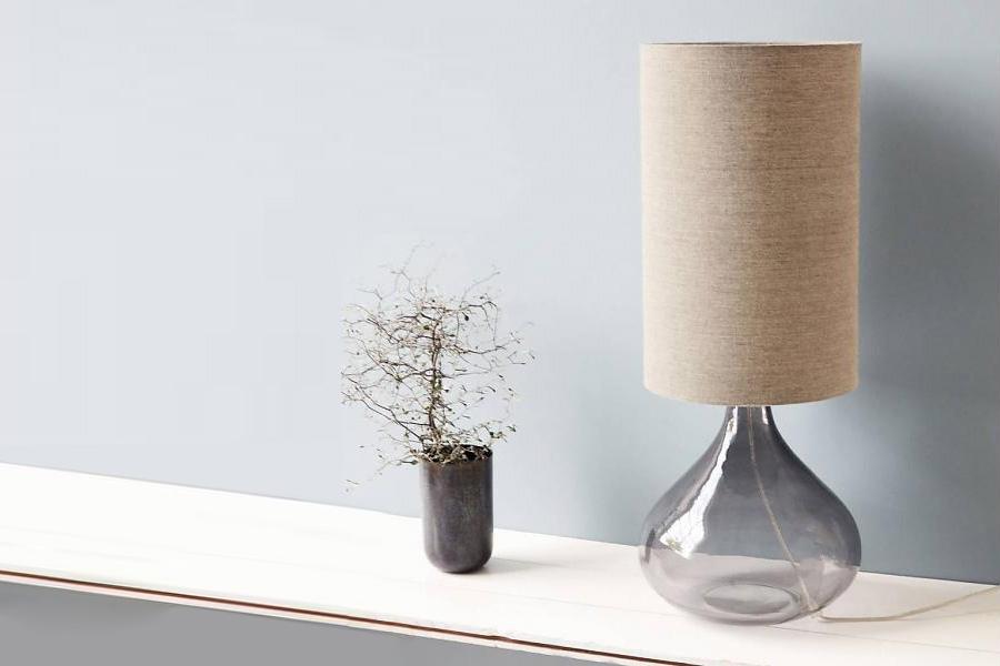Du kan også overveje en bordlampe, hvor soklen er lavet i smukt glas.