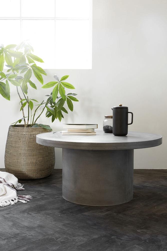 Et betonbord giver kant til hjemmet – og så passer det også godt sammen med naturlige materialer som træ og grønne planter. Gallery er et naturligt sofabord fra House Doctor, der er lavet af fiberbeton. Dette sofabord bidrager med en jordnær forbindelse til din stue indretning.