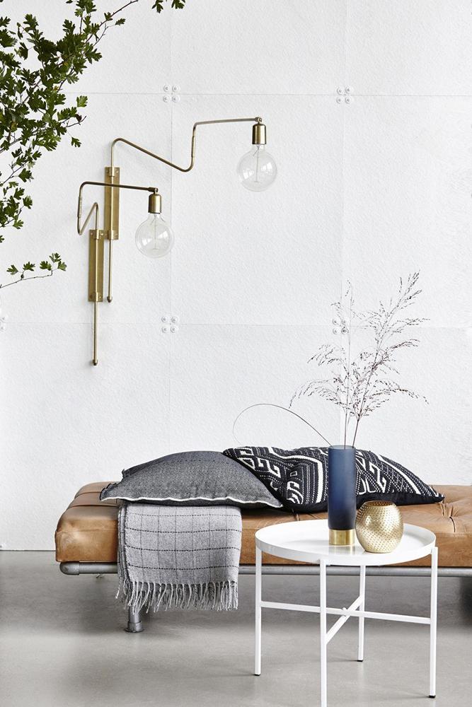 Når du skal vælge en væglampe til dit rum, er det også vigtigt at lampen har et lampestel, der kan nå ud fra væggen og give dig en ordentlig belysning ved dine møbler.