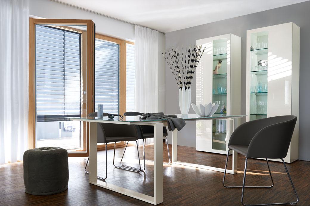 Leder du efter møbler der har en moderne og minimalistisk stil, så kan møblerne fra Hülsta være en rigtig god mulighed. Her på billedet kan du se et vitrineskab fra Hülsta, som du har kunnet kan købe her hos BoShop.