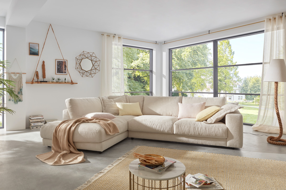 Flyder sofaen i fløjl.
