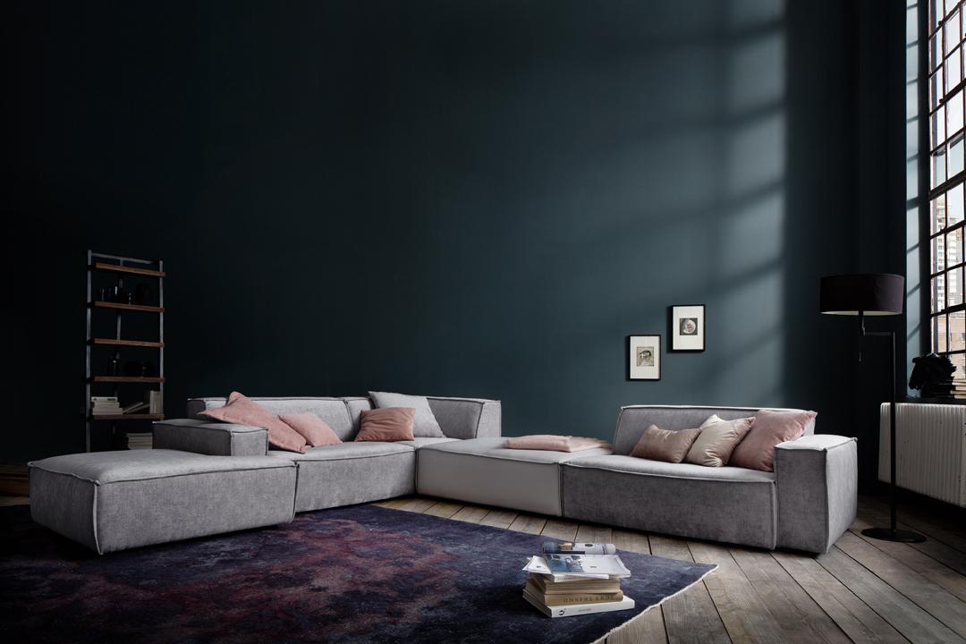 Overvej en flyder sofa i stof midt i et stort rum i stedet for at placere den mod væggen. I boligindretning kan man ved at placere en sofa midt i rummet på en måde at skabe et rum i et rum, for at afgrænse forskellige områder i et stort rum eller bare for at centrere fokus.