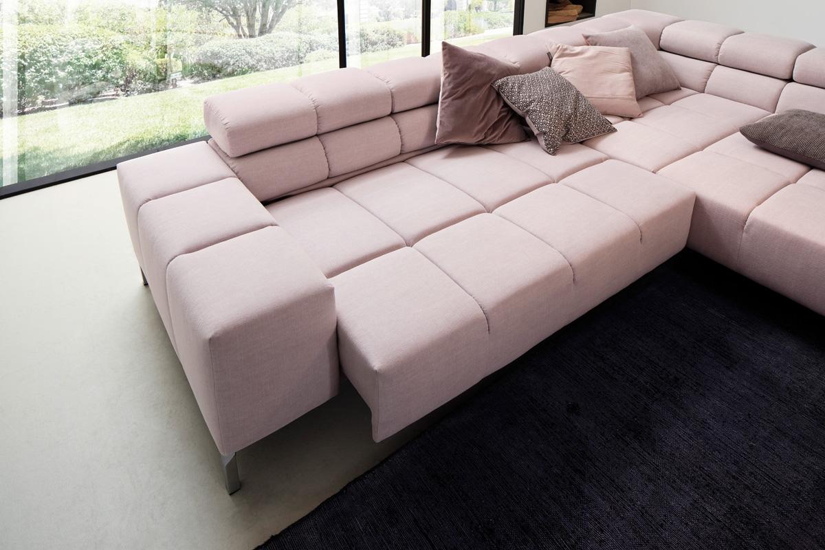 Wilson er en moderne sofa med fast komfort og et karakteristisk design i form af det kube-agtige i dens visuelle udformning. Sofaen kan blandt andet købes i moduler, hvor du selv kan sammensætte din drømmesofa. Her på billedet ses Wilson sofaen med el-funktionen, som du kan købe hos BoShop.