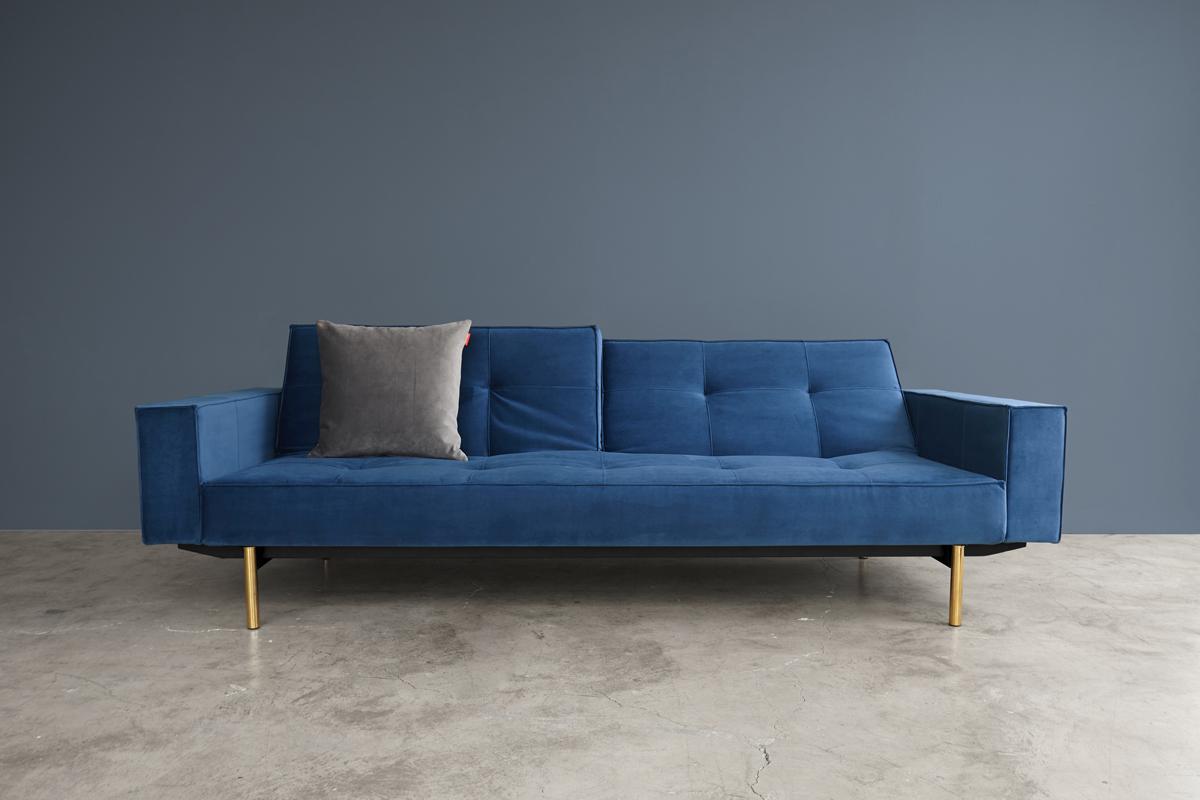 Sovesofa i en mørkeblå velour-agtig farve hos BoShop.