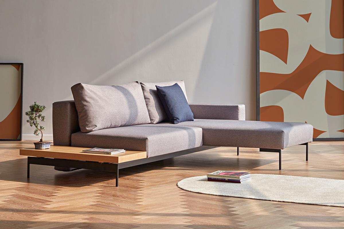 Bragi sovesofaen er en sovesofa, der er udstyret med en chaiselong og et sidebord.